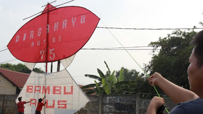 Suasana peringatan HUT ke-75 RI terasa disiapkan sejumlah daerah penuh warna-warni meski negeri tengah dilanda pandemi.
