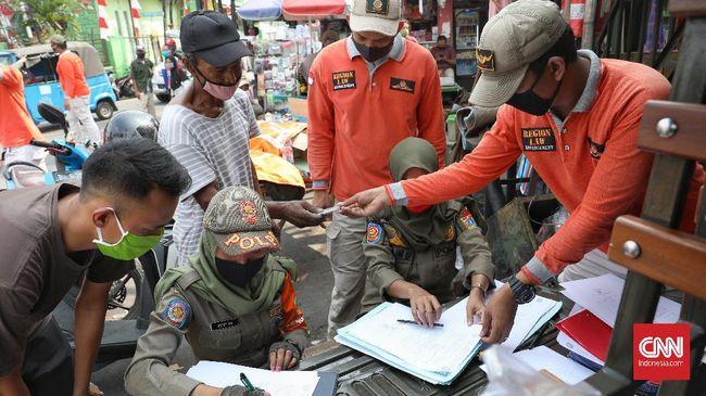 Satpol PP Jakarta menutup delapan rumah makan yang melanggar protokol kesehatan dan memberi sanksi kepada ribuan warga pada hari pertama PSBB di Jakarta.