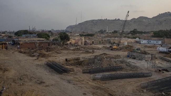 Pemerintah Kairo, Mesir menggusur kota mati yang menjadi makam bagi sultan, pangeran, orang suci, dan cendekiawan dengan 'menyulapnya' menjadi proyek jalan tol.