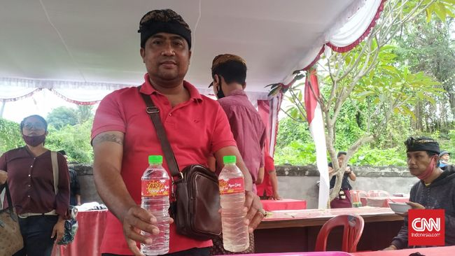 Arak Bali diserbu masyarakat di Pasar Gotong Royong Klungkung. Minuman tradisional itu dipercaya dapat meringankan gejala covid-19.