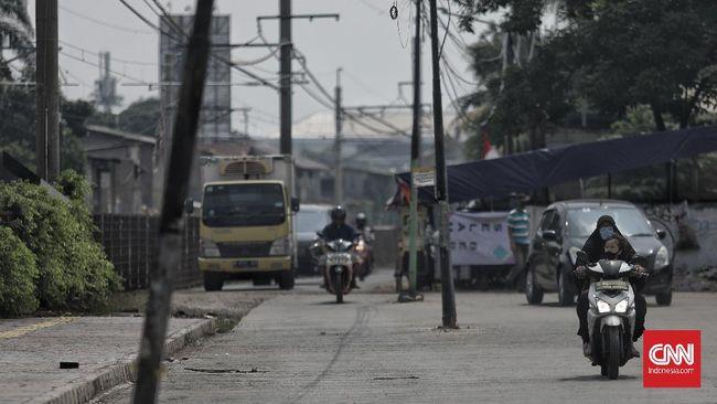 Para pengendara di Jalan Kemuning Raya, kawasan Pasar Minggu, Jakarta Selatan, harus ekstra hati-hati karena keberadaan sejumlah tiang listrik di tengah jalan.