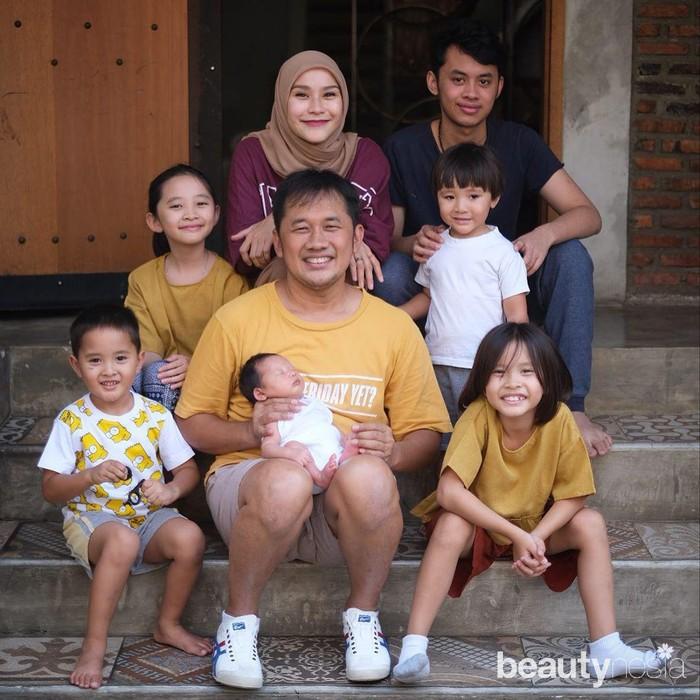 "Alasan kuat Zaskia tak menyebutkan dirinya adalah ibu dari 6 anak, termasuk Bhumi, adalah karena ia menghargai ibu kandung dan anak sambungnya.""Kadang ada rasa sungkan juga aku kaya mengambil posisi beliau.. Jadi ini cara ku menganggap keberadaan ibunya bhumi juga.. secara biologis ku punya 5 anak, tapi secara cinta dan kehadiran ku punya 6 anak Inti,""tulis Zaskia. (Foto: instagram.com/zaskiadyamecca/)"