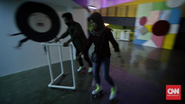 Roja by Moja Museum menghadirkan instalasi seni yang bisa dinikmati pengunjung sembari bersepatu roda.