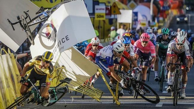 Foto terbaik dari dunia olahraga lewat SMASHOT CNNIndonesia.com melibatkan kecelakaan di Tour de Pologne hingga ban hancur Lewis Hamilton di F1 Inggris.