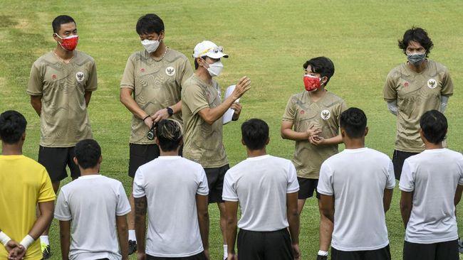 Pelatih Timnas Indonesia Shin Tae Yong menegur asistennya, Lee Jae Hong terkait keluhan di media sosial.