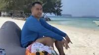 <p>Sang suami, Ardi Bakrie, ikut asyik bersantai di tepi pantai. (foto: Instagram @ramadhaniabakrie)</p>