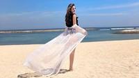 <p>Sebelum pandemi corona, Nia Ramadhani memang kerap liburan ke pantai, Bunda. Seperti potret yang diunggah ke Instagramnya pada akhir tahun lalu. (foto: Instagram @ramadhaniabakrie)</p>