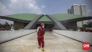 FOTO: Semprot Disinfektan Gedung DPR