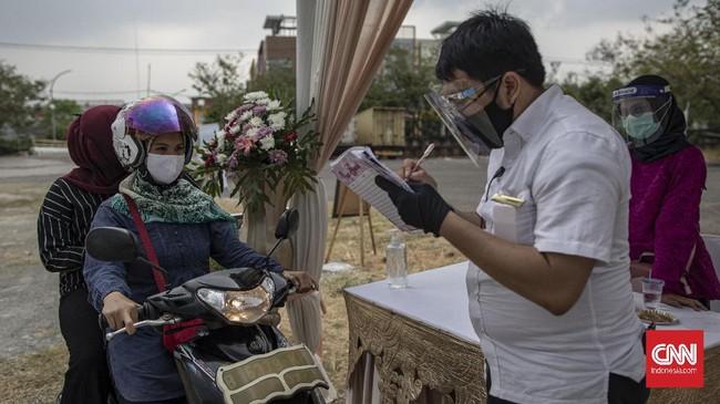Pernikahan drive thru jadi alternatif resepsi di tengah pandemi Covid-19. Pesta tetap digelar, tapi dengan protokol kesehatan yang ketat dan pembatasan tamu.