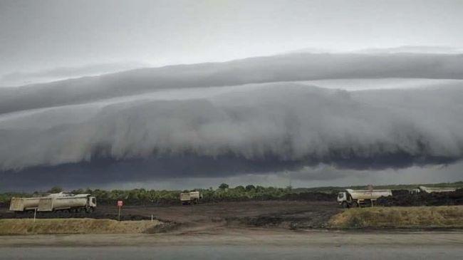 Warga Aceh Barat panik dan segera berdoa setelah melihat awan seperti gelombang tsunami di langit Senin (10/8) pagi.