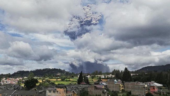 Ribuan hektare lahan warga di Kabupaten Karo terdampak abu vulkanik yang meluncur saat Gunung Sinabung erupsi pada Senin (10/8).