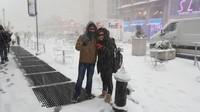 <p>Ferry dan Anggi tak lupa menikmati salju saat liburan Natal dan Tahun Baru di AS. (Foto: Instagram @ferryirawanofficial)</p>