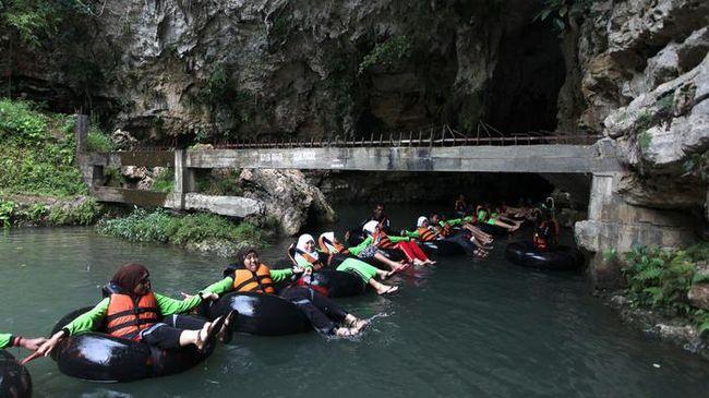 Dinas Pariwisata Gunung Kidul menerima pendapatan Rp436 juta selama libur lebaran. Targetnya, ada 100 ribu wisawatan mengunjungi Gunung Kidul.