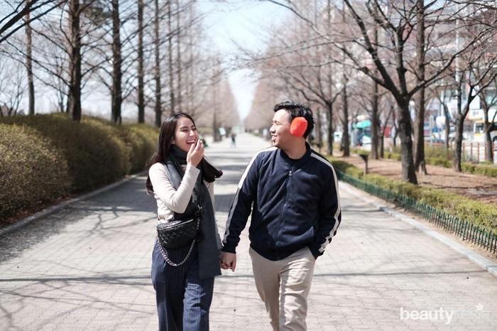 Tak hanya sering bersama karena memiliki kesibukan di satu bidang yang sama, Jojo dan Clay juga kerap menghabiskan quality time berdua. Keduanya pernah melakukan perjalanan liburan ke Korea dan sebuah foto mengabadikan kebersamaan mereka. Dalam foto itu, Clay mengutarakan kerinduannya pada sang kekasih yang sudah lama tak dijumpainya. (Foto: https://www.instagram.com/clairineclay/)