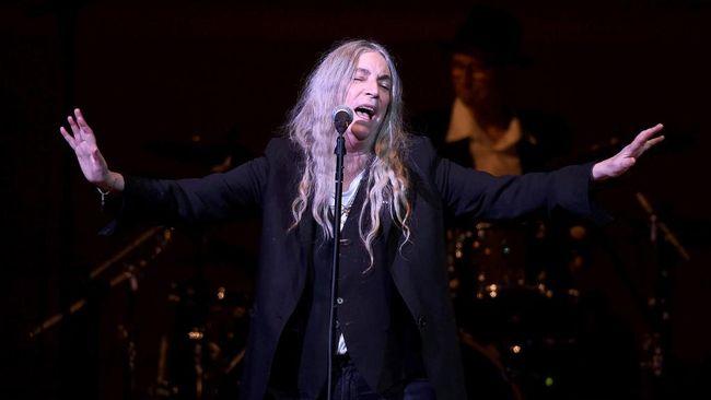Musisi dan penulis kawakan asal AS Patti Smith, akan menggelar acara virtual khusus di mana ia bakal bermain musik dan membacakan buku karyanya sendiri.