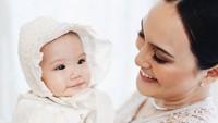 <p>Anak Shandy Aulia, Claire Herbowo baru saja menjalani pembaptisan, Bunda. (Foto: Instagram @shandyaulia)</p>