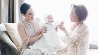 <p>Claire yang hampir berusia enam bulan itu tampak cantik dan imut ketika mengenakan gaun baptisnya. (Foto: Instagram @shandyaulia)</p>