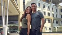 <p>Memang benar-benar body goals banget ya pasangan ini, Bunda. Semoga selalu mesra dan langgeng Emma dan suami. (Foto: Instagram @soeharto_bagoes)  </p>