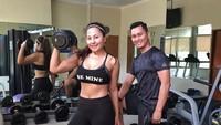 <p>Pasangan ini bahkan berkolaborasi mendirikan bisnis fitness Essential Fitness Management (EFM), Bunda. Sehari-hari, Bagoes juga jadi personal trainer Emma lho. (Foto: Instagram @soeharto_bagoes)</p>