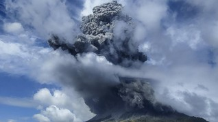 Gunung Sinabung Tiga Kali Erupsi Pagi Ini