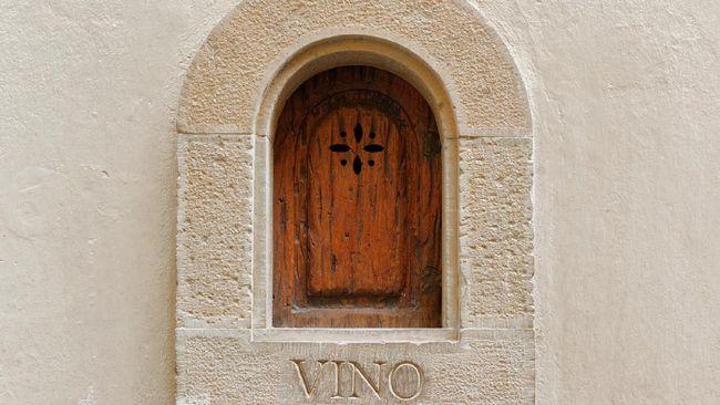 Buchette del vino, atau jendela wine, pertama kali digunakan saat Italia mulai menghadapi wabah penyakit menular pada tahun 1600-an.