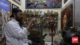 Sejumlah kios kosong di Pasar Gembrong Baru menjadi wadah bagi para seniman untuk memamerkan karya seni rupa mereka.