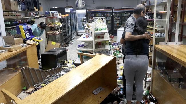 Kerusuhan dan baku tembak antara massa dan polisi huru hara terjadi di kawasan pertokoan di pusat kota Chicago, Illinois, Amerika Serikat.
