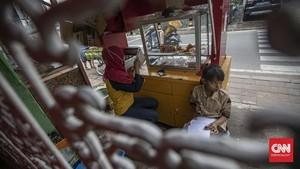 FOTO: Belajar Daring di Pinggir Jalan