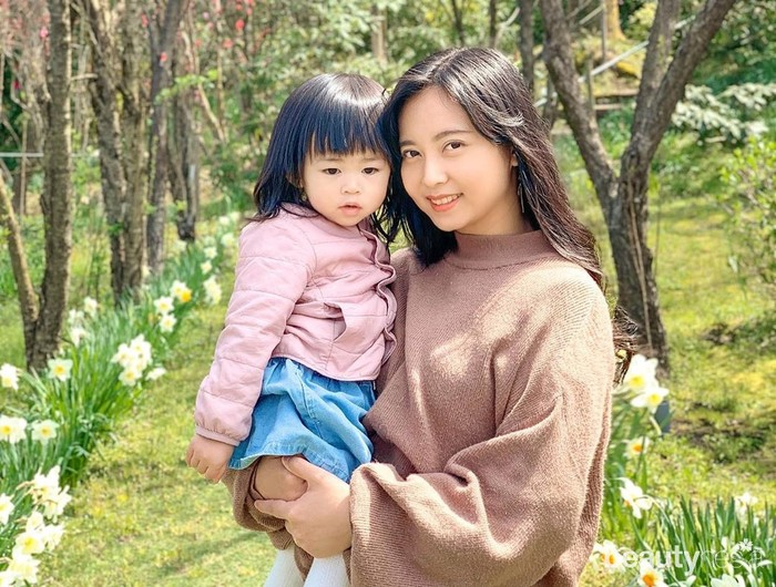 Rica Leyona jadi eks JKT48 yang pertama kali menikah. Rica Leyona memutuskan keluar dari JKT48 pada 2014. Tanpa diumumkan ke publik, Rica Leyona diam-diam menikah dengan pria asal Jepang pada Agustus 2016. Diketahui pria yang menikahinya adalah salah satu fans dari grup yang membesarkan namanya, JKT48. Rica kini telah menjadi ibu, ia memiliki seorang putri cantik yang diberi nama Ayuka. Saat ini, Rica memilih tinggal bersama sang suami di Jepang. Ia memutuskan untuk mengurus anaknya sendiri bersama suami. (Foto: Instagram.com)