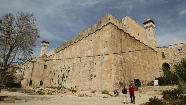 Ketua Komite Yerusalem di Dewan Legislatif Palestina, Ahmad Abu Halabiyeh, menuduh  Israel mencuri sebagian lahan Masjid Al-Ibrahimi di Hebron.