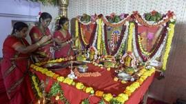 Usir Covid-19, Wanita India Sembah Dewi Corona
