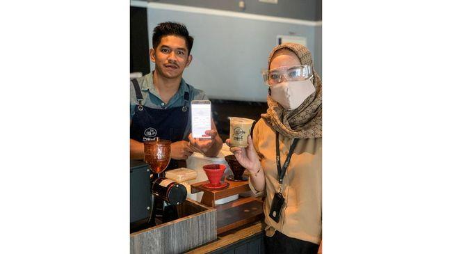 Telkom melalui Rumah Kreatif BUMN menggelar kampanye di media sosial yang mempromosikan produk UMKM khas Indonesia seperti kripik dan kopi.