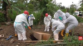 VIDEO: Petugas Kurang, Keluarga Bantu Proses Pemakaman