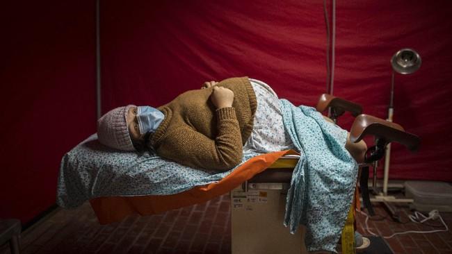 Di tengah pandemi Covid-19, banyak wanita yang terpaksa harus melahirkan tanpa ditemani sang suami.