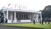 Presiden Joko Widodo menyaksikan gladi kotor upacara Peringatan HUT RI ke-75 di halaman Istana Merdeka. Jokowi membagikan kegiatan itu melalui media sosial.
