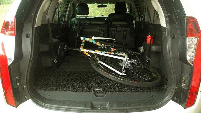 Membawa sepeda di kabin mobil butuh ruang yang cukup dengan fitur jok yang dapat dilipat sampai rata.