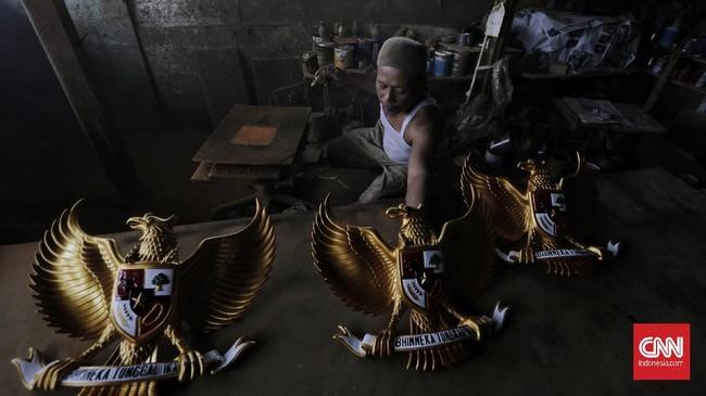Perajin Patung Garuda Pancasila mampu menyelesaikan pembuatan 400 patung dan dijual dengan harga Rp 250 ribu-Rp3 juta bergantung ukuran di tengah corona.