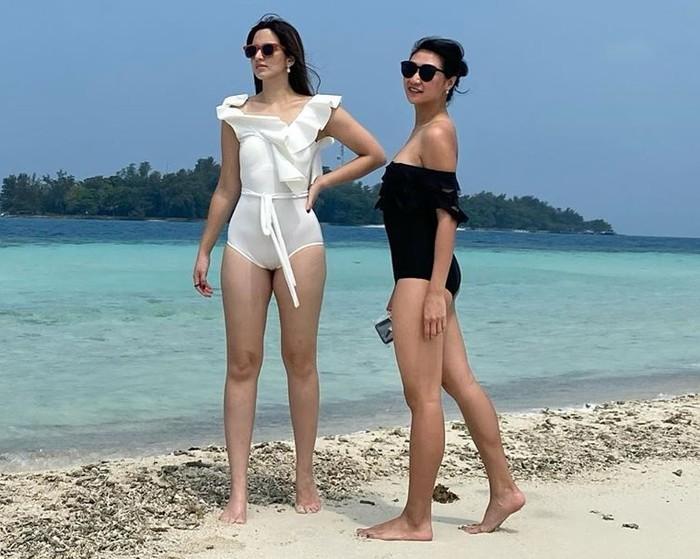 Bermain di pantai dengan teriknya matahari, Nia Ramadhani terlihat seksi dengan swimsuit warna putih, Hmm… punya tubuh tinggi dan langsing seperti Nia Ramadhani, pasti percaya diri pakai baju warna putih di pantai ya, Beautynesian! (Foto: instagram.com/ramadhaniabakrie/)