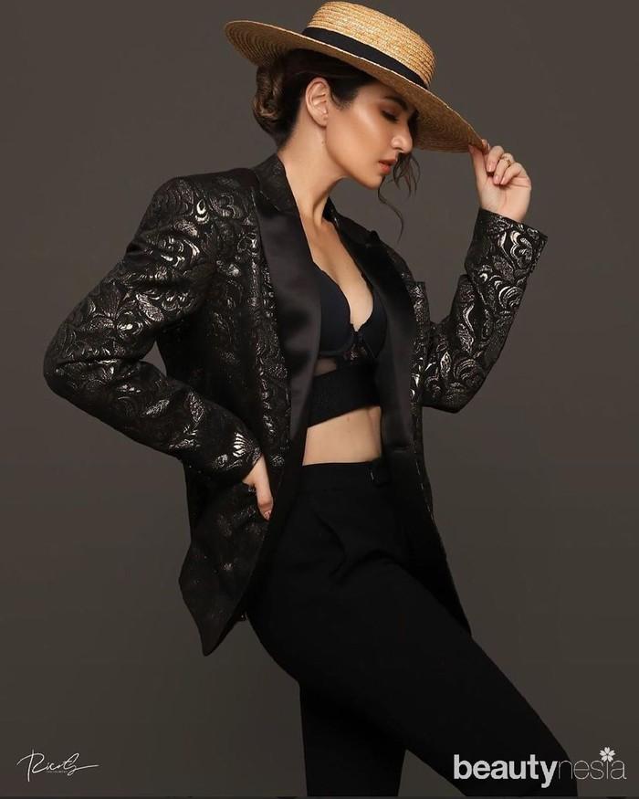 Bukan Nia Ramadhani namanya kalau nggak tampil kece ya,Ladies! Pakai blazer hitam dengan sentuhan motif warna silver ditambah dalaman hitam nan seksi, Nia Ramadhani malah disangka Katrina Kaif. (Foto: instagram.com/ramadhaniabakrie/)