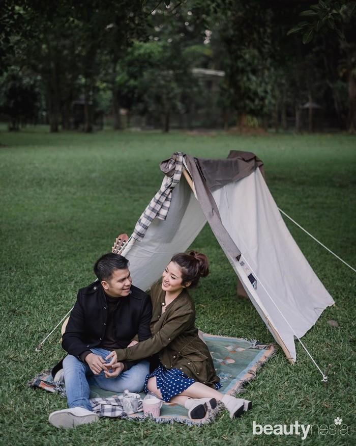 Handika dan Rosiana terlihat begitu romantis denganbackgroundalam terbuka dan tenda kain kecil di belakang mereka. Foto ini terlihat begitu teduh dan pasangan ini terlihat sangatgroundeddan menyatu dengan indahnya alam. Berpose seperti pasangan yang sedang bercengkrama dengan riang ini bisa juga jadi inspirasi foto. (Foto: www.instagram.com/rsn.dw/)