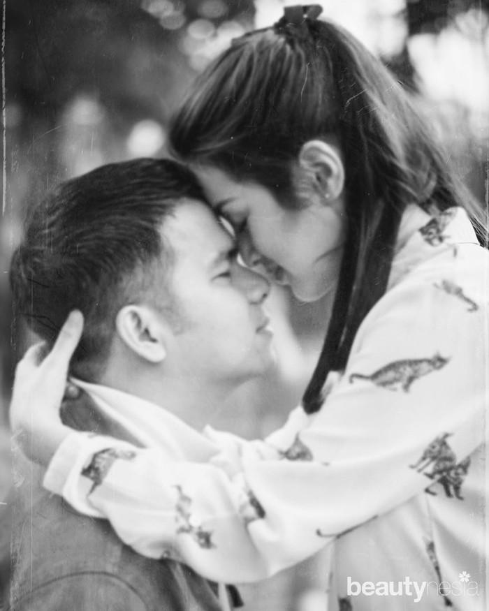 Sekalipun usia mereka berdua berbeda 9 tahun, nyatanya umur bukanlah menjadi penghalang bagi keduanya untuk meneruskan hubungan ke tingkat yang lebih serius. Foto yang satu ini sungguh terlihat begitu teduh dan romantis. (Foto: www.instagram.com/rsn.dw/)