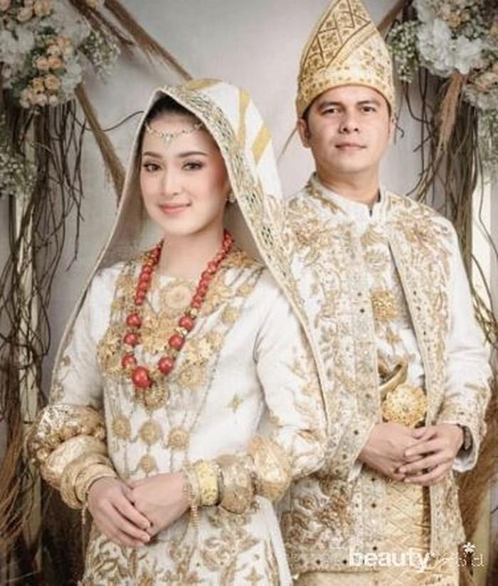Setelah beberapa tema classic yang mereka ambil, tak ketinggalan pula tema foto dengan menggunakan baju adat Koto Gadang khas Minangkabau. Keduanya tampak begitu bersinar dan telah siap untuk menjalani level kehidupan baru sebagai sepasanga suami dan istri. (Foto: www.instagram.com/rsn.dw/)