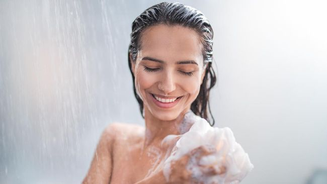 Di masa New Normal setiap orang disarankan untuk menjaga kebersihan termasuk mandi setelah keluar rumah. Perlukah mandi walau hanya keluar rumah sebentar saja?