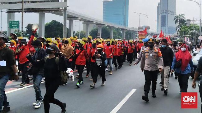Massa yang terdiri dari ratusan buruh, petani, dan mahasiswa menggelar long march ke Gedung DPR untuk menyuarakan penolakan terhadap RUU Omnibus Law Ciptaker.