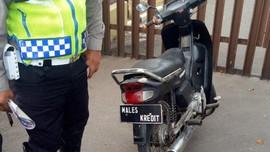 Polisi Garut Tilang Pemotor Pakai Pelat Nomor 'MALES KREDIT'