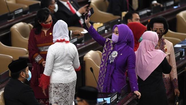 Presiden Joko Widodo menyampaikan pidato kenegaraan di sidang tahunan MPR, kompleks parlemen Senayan, Jakarta, Jumat (14/8).