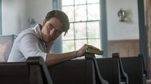 Robert Pattinson Terbahak Dengar Logat di Devil All the Time
