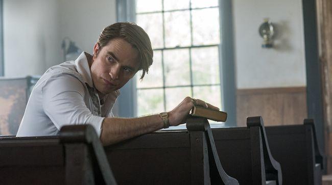 Aktor Hollywood, Robert Pattinson, mengaku sempat geli hingga terbahak mendengar logat bicaranya sendiri dalam film The Devil All The Time.