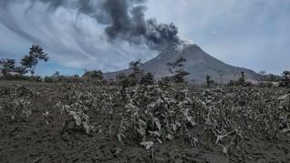 Sinabung Erupsi saat Petang, Tinggi Kolom Abu 4.000 Meter