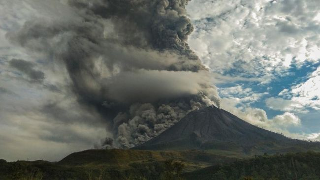 Tiga kecamatan terdampak debu vulkanik akibat erupsi Gunung Sinabung di Sumatera Utara.